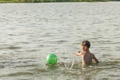 Junge badet im Fluss Lizenzfreie Stockbilder