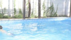 Junge badet im Pool stock video