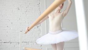Junge Ballerina in der Ballettklasse stock footage