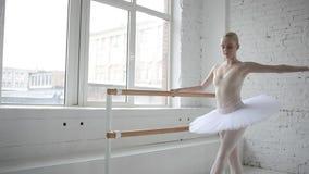 Junge Ballerina in der Ballettklasse stock video