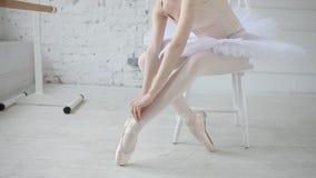 Junge Ballerina in der Ballettklasse stock video footage