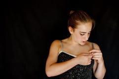Junge Ballerina, die Bühne hinter dem Vorhang vorbereitet Stockbilder