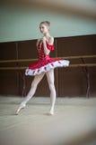 Junge Ballerina in einer Tanzklasse Porträt in vollem Wachstum, das f stockbilder