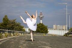 Junge Ballerina im Freien lizenzfreie stockfotos
