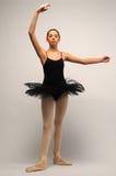 Junge Ballerina im schwarzen Ballettröckchen stockfoto