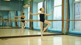 Junge Ballerina in Pointe stock footage