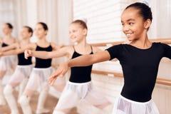 Junge Ballerinen, die in der Ballettklasse proben stockbild