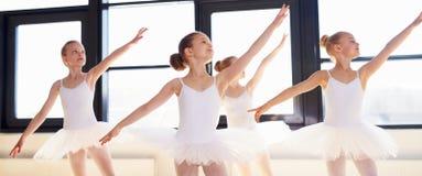 Junge Ballerinen, die einen choreografierten Tanz üben Stockfotografie