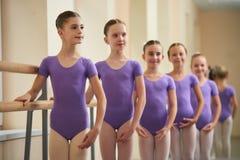 Junge Ballerinen, die in Position stehen lizenzfreie stockbilder