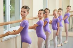 Junge Ballerinen, die Wiederholung am Studio haben lizenzfreies stockfoto