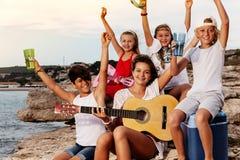 Junge Band, die Musik Picknick am im Freien spielt stockfotos