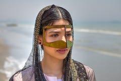 Junge bandari Frau, die eine traditionelle Maske trägt, nannte das burqa Lizenzfreie Stockfotos