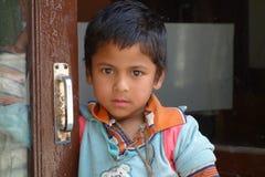 Junge in Bank Lizenzfreies Stockfoto