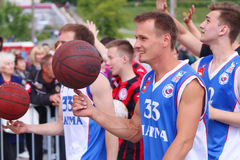 Junge Basketball-Spieler an der Straße Lizenzfreie Stockbilder