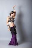 Junge beautyful Stammes- Tänzerfrau Stockbild