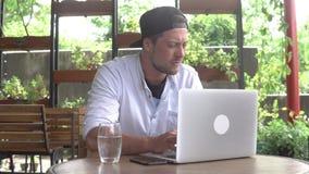 Junge beginnen oben Hübscher Geschäftsmann, der an der Laptop-Computer arbeitet stock footage