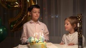 Junge beglückwünscht seinen Bruder auf seinem Geburtstag stock video footage