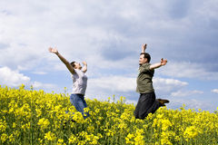 Junge beiläufige Paare, die Sommer genießen Stockfotos