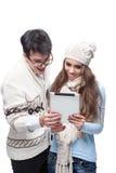Junge beiläufige Paare unter Verwendung der Tablette Stockbild