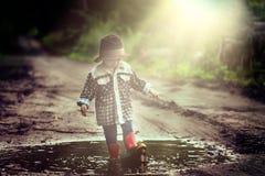 Junge beim Hutspielen im Freien im Sommerwald Stockbilder