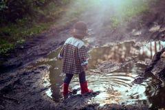 Junge beim Hutspielen im Freien im Sommerwald Stockfotos