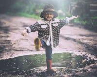Junge beim Hutspielen im Freien im Sommerwald Stockbild