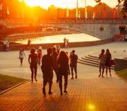 Junge belarussische Leute gehen durch den Park Gorky Lizenzfreie Stockfotos