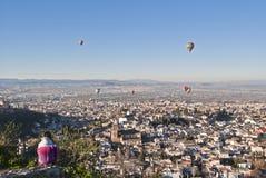 Junge beobachtende Fliegenballone auf Granada Lizenzfreie Stockbilder