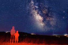 Junge Beobachter, welche die Milchstraße betrachten Stockfoto