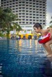 Junge bereit, in das Pool zu springen lizenzfreie stockfotografie