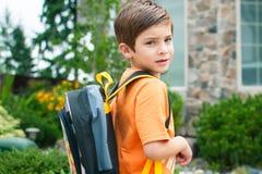 Junge bereit zum Kindergarten Stockfotos