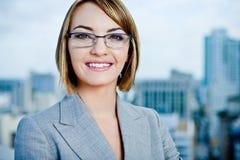 Junge Berufsgeschäftsfrau in der Stadt Lizenzfreies Stockbild