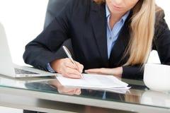 Junge Berufsgeschäftsfrau, die am Schreibtisch arbeitet Stockfoto