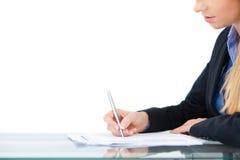 Junge Berufsgeschäftsfrau, die am Schreibtisch arbeitet Stockbilder