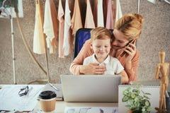 Junge berufstätige Mutter lizenzfreies stockfoto