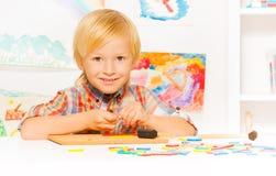 Junge beschäftigt mit Entwicklungsspiel Lizenzfreie Stockfotografie