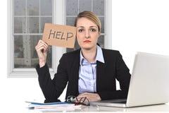 Junge betonten das Geschäftsfrauholding-Hilfszeichen, das am Bürocomputer überbelastet wurde Lizenzfreie Stockfotografie
