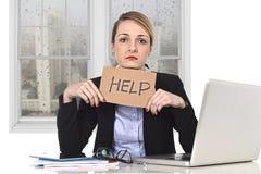 Junge betonten das Geschäftsfrauholding-Hilfszeichen, das am Bürocomputer überbelastet wurde Lizenzfreies Stockfoto