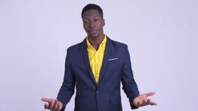 Junge betonten den afrikanischen Geschäftsmann, der bei der Unterhaltung traurig schaut stock footage