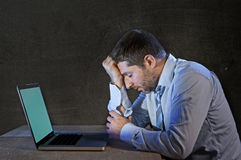 Junge betonten den Geschäftsmann, der an Schreibtisch mit Computerlaptop in der Frustration und in der Krise arbeitet Lizenzfreies Stockfoto