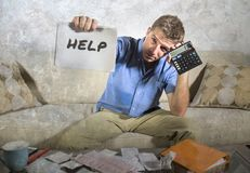 Junge betonten und überwältigten Taschenrechner-Holdingverwirrung des Mannes beißende von Bank und quittieren Schreibarbeit hoffn stockbilder