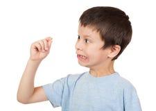 Junge betrachtet verlorenen Zahn Lizenzfreies Stockbild