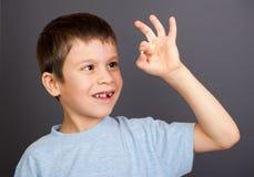 Junge betrachtet verlorenen Zahn Stockfotos