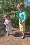 Junge betritt ein Spielhaus an einem Garten im Freien Lizenzfreie Stockbilder