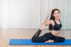 Junge Bewegungen tuende oder meditierende Frau Yoga Stockfotografie