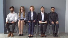 Junge Bewerber erwarten Interview eine Gruppe junge Leute bohrte WarteVorstellungsgespräch Einstellung zu lizenzfreie stockbilder