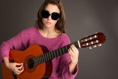 Junge blinde Frau, die Gitarre spielt Lizenzfreie Stockfotos