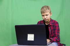 Junge Blogger notiert Video auf einem grünen Hintergrund Lizenzfreie Stockfotografie