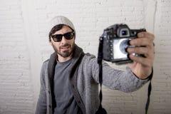 Junge Bloggermannhippie-Art, die Fotokameraschießen selfie Video und Foto hält Lizenzfreies Stockbild