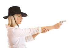 Junge blond in einem Cowboyhut, der mit einer Gewehr zielt Lizenzfreie Stockbilder